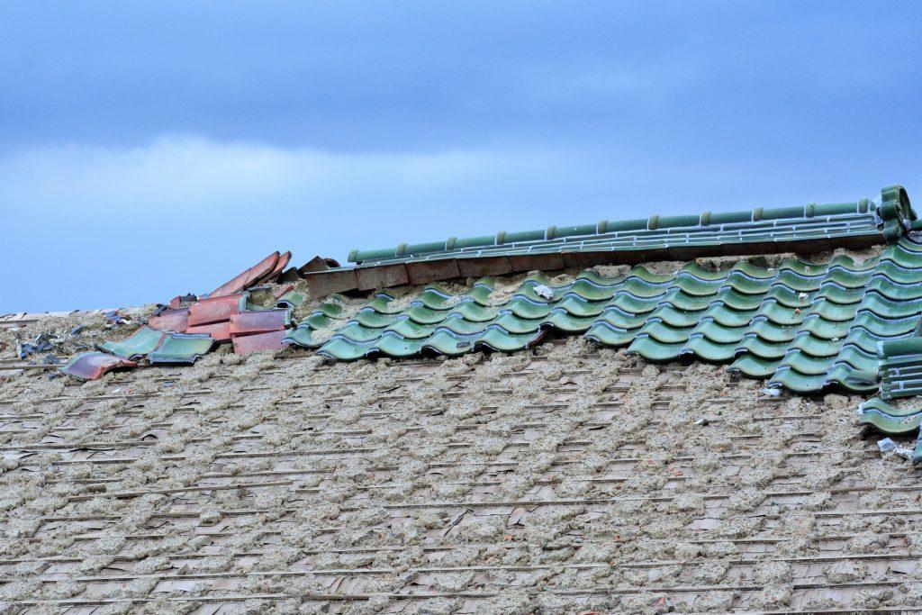 台風で被害を受けた瓦屋根
